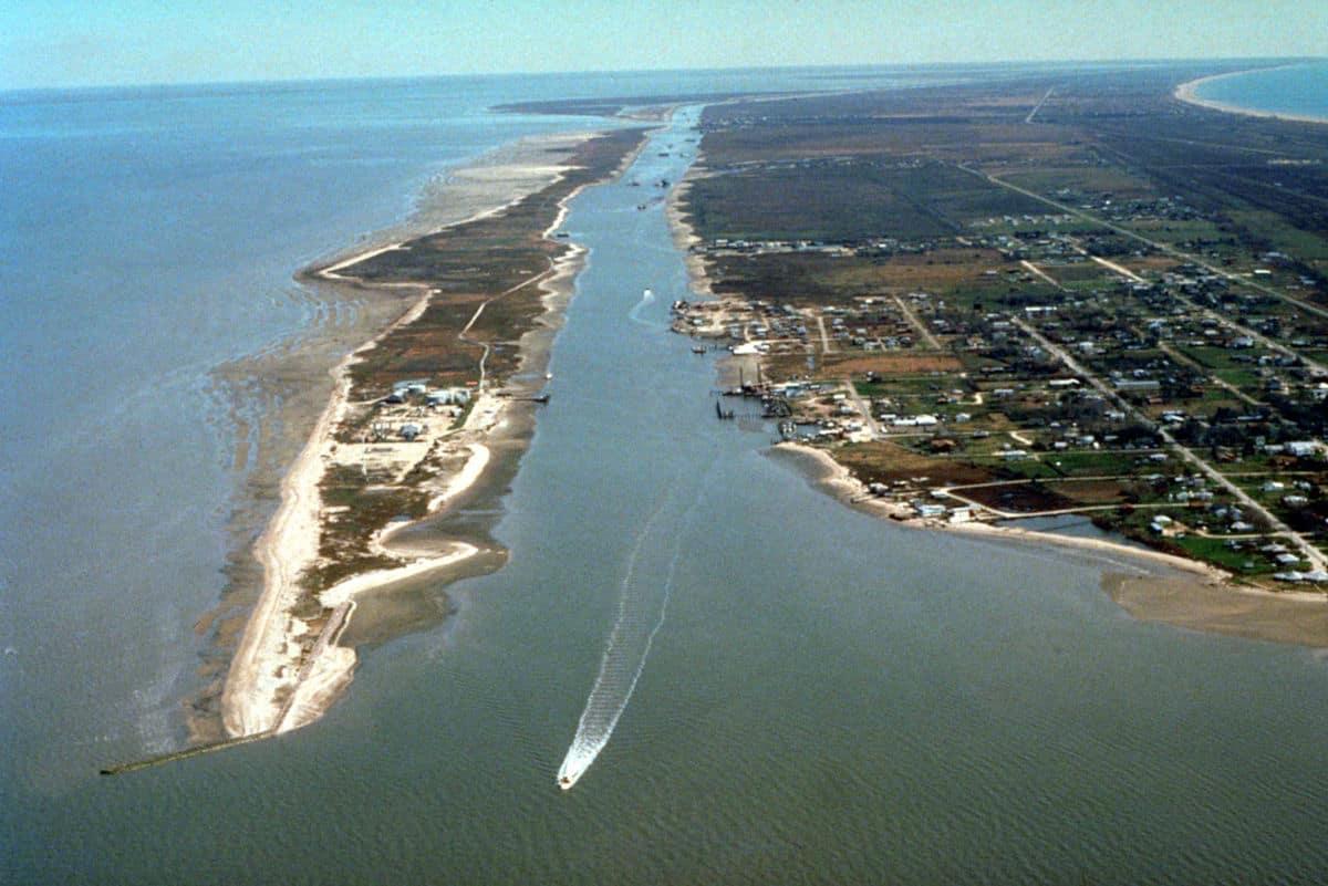 Intracoastal Waterway en el centro y Océano Atlantico a la izquierda.