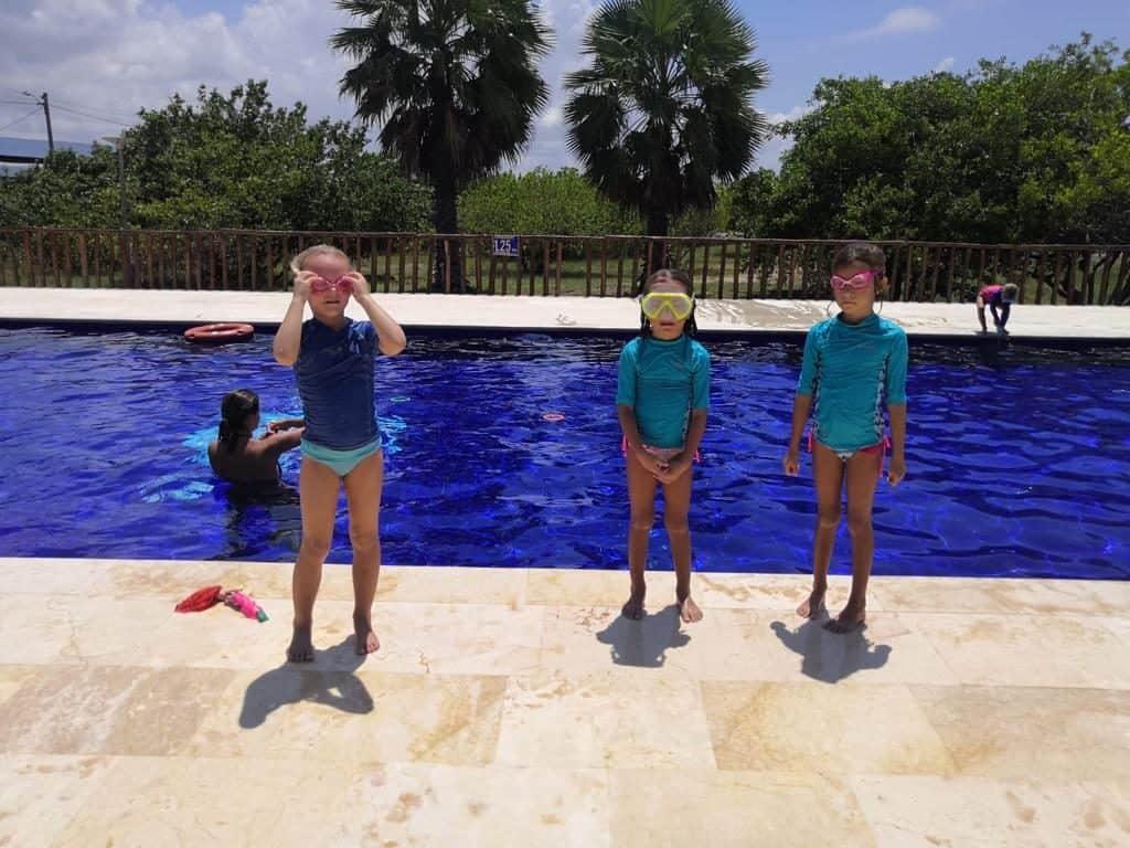 Sara y Mia en la piscina de Puerto Velero.