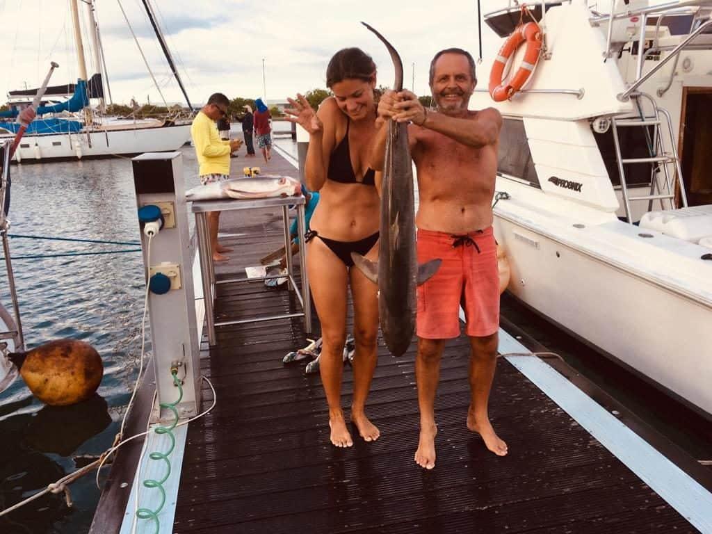 Maria y Toni con la pesca del día de nuestros vecinos de Amarre.