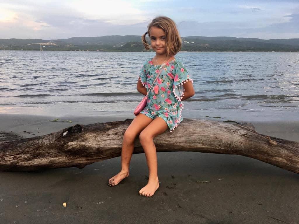 Mia posando en la playa de Puerto Velero.