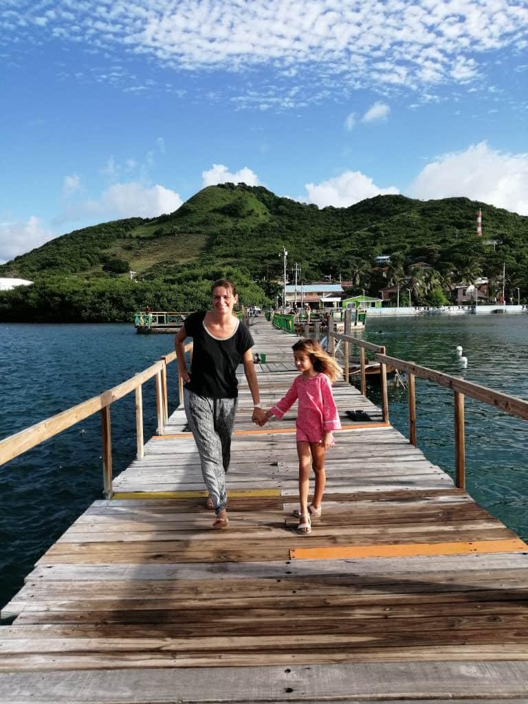 Maria y Sara desfilando por el puente.