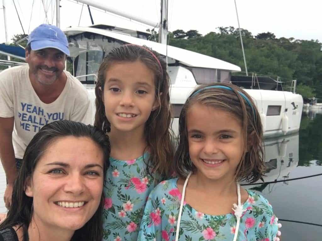 Foto de Familia  con el Catamarán de los amigos brasileños al fondo.