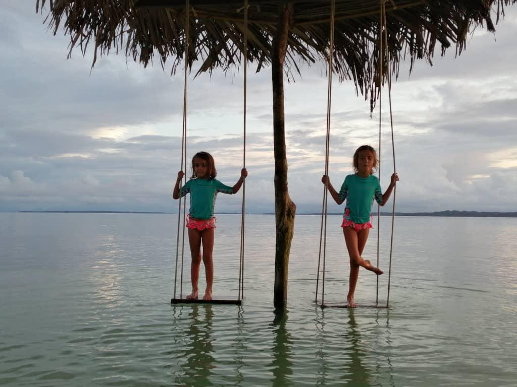 Sara y Mia jugando en Playa Azul.