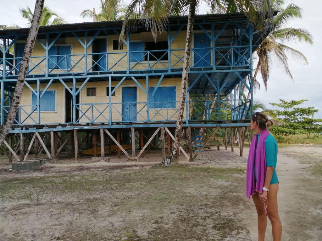Hotel abandonado en Playa Azul.