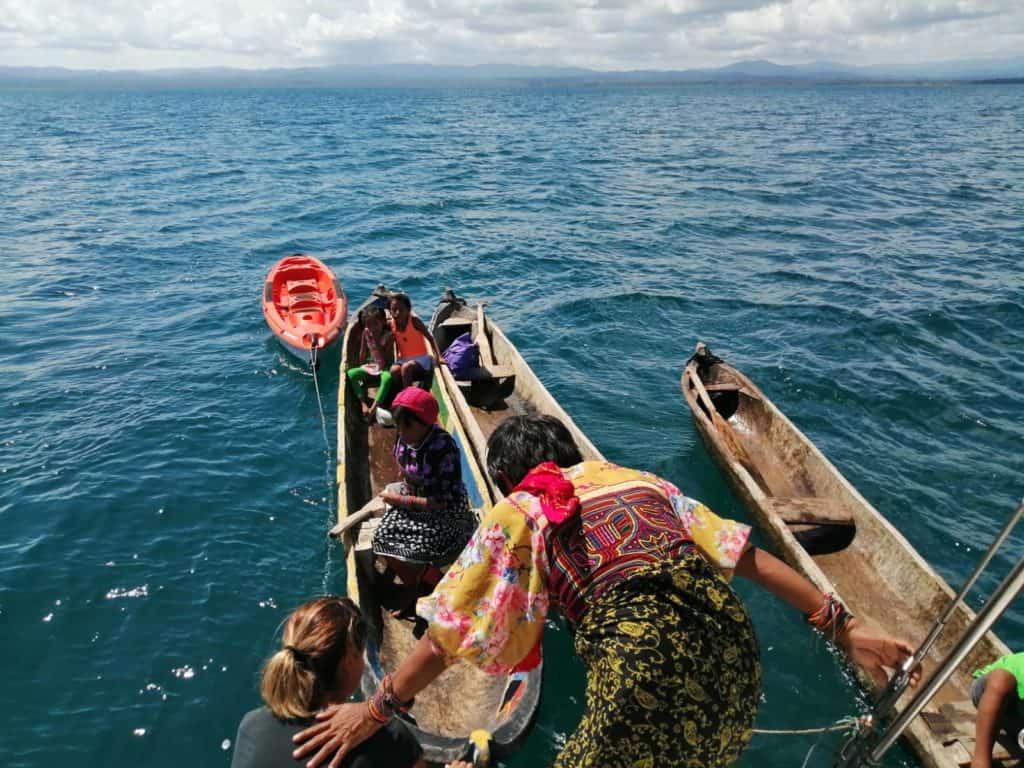 Guna Yala desembarcando en el Saramia.