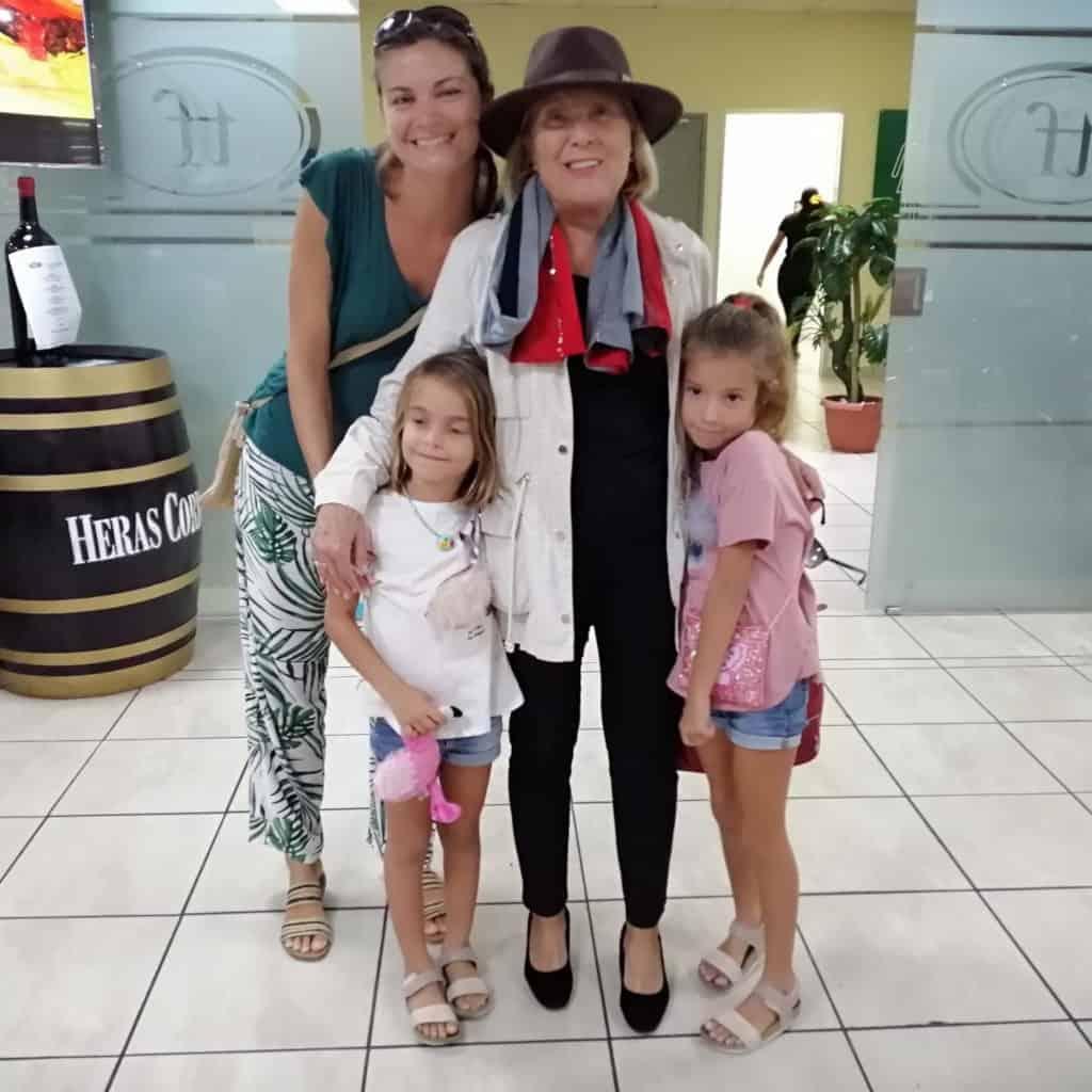 Recibiendo a la abueli en el aeropuerto.