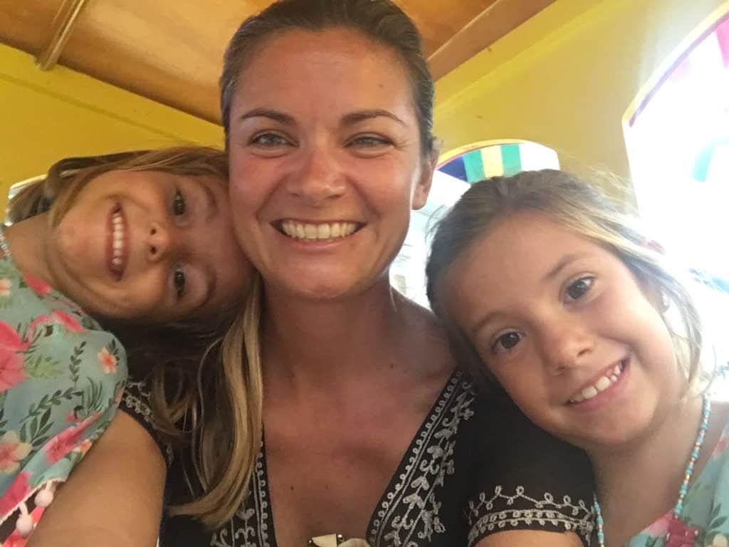 Maria y las nenas felices en el centro comercial.