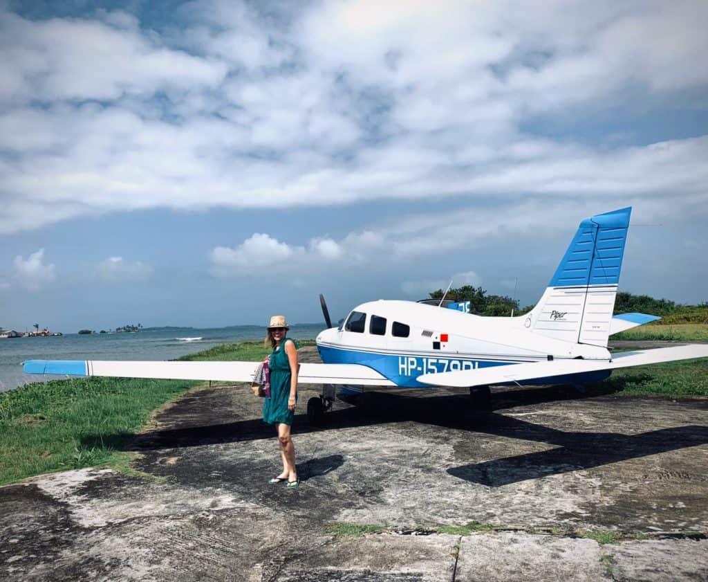Maria posando con su avioneta.
