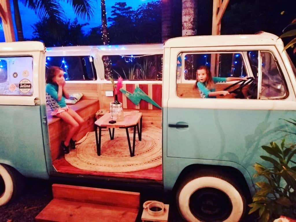 Sara y Mia en una VW en el hotel Selina.