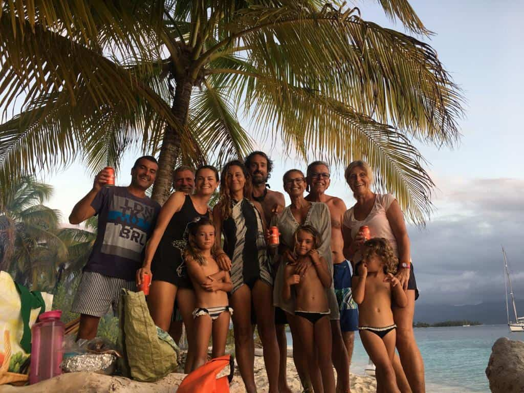 Foto del grupo de aislados españoles en San Blas.
