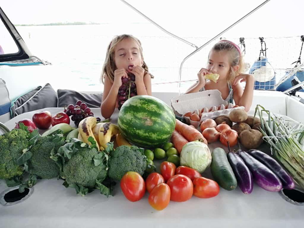 Sara y Mia disfrutando de la fruta y verdura fresca.