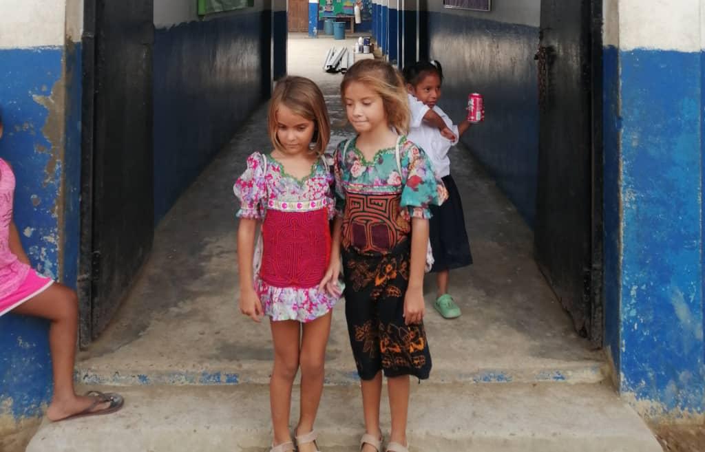 Sara y Mia integradas en la escuela.